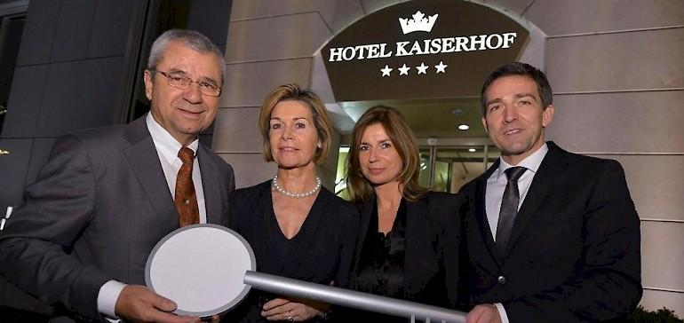 Familie Cremer und Familie Fenneberg bei der Schlüsselübergabe 2014