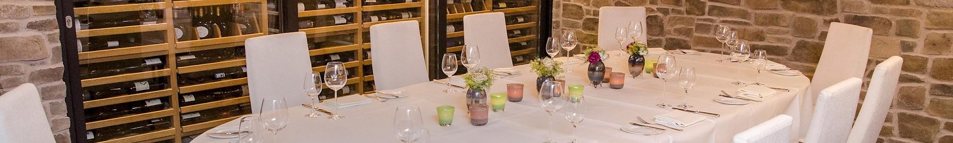 Gemütlichen Weinkeller als Raum für Feiern mieten