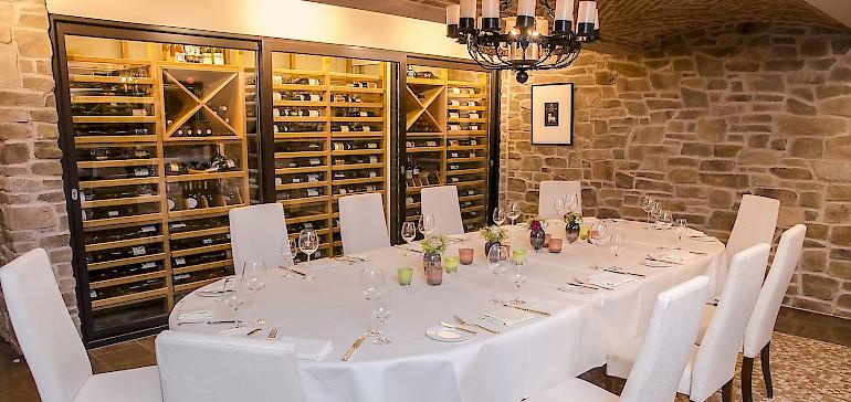 Der Weinkeller kann für bis zu 16 Personen exklusiv gebucht werden