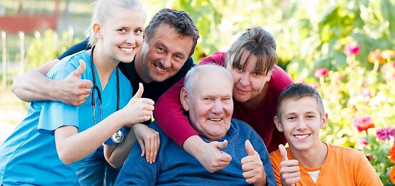 Die Familie unterstützt als Begleitperson im Krankenhaus bei der Genesung