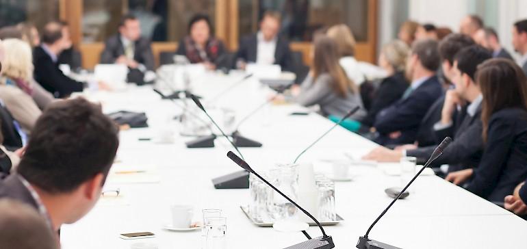 Die Sitzplatzwahl bei Meetings sagt viel über Sie aus!