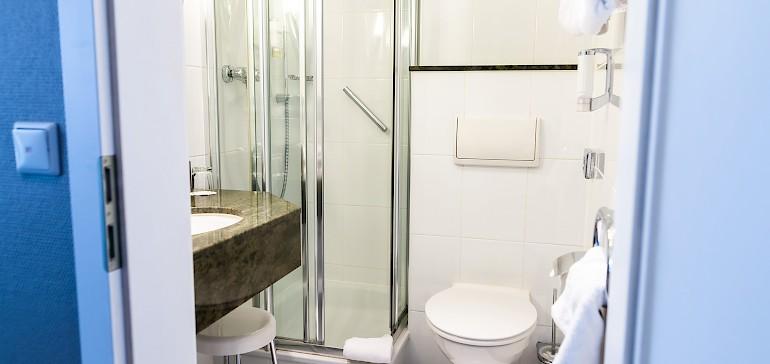 Standard- und Superiorzimmer verfügen über kleine, moderne Bäder