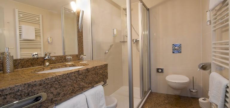 Die Deluxezimmer und Suiten verfügen über großzügig geschnittene Badezimmer