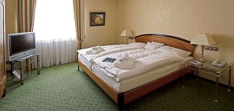 Mit Antiquitäten eingerichteter Schlafbereich der Kaisersuite