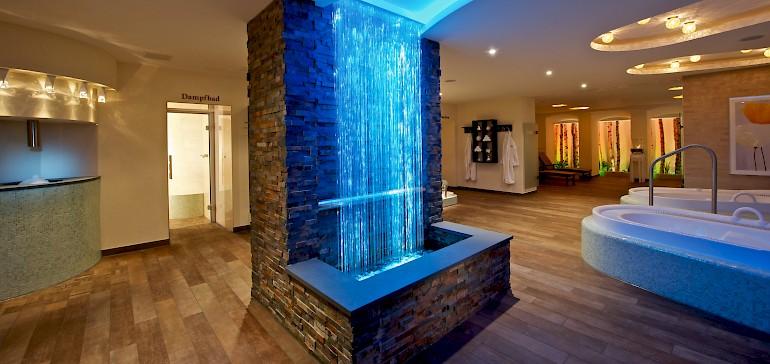 Lichtbrunnen als zentrales Element im Spa