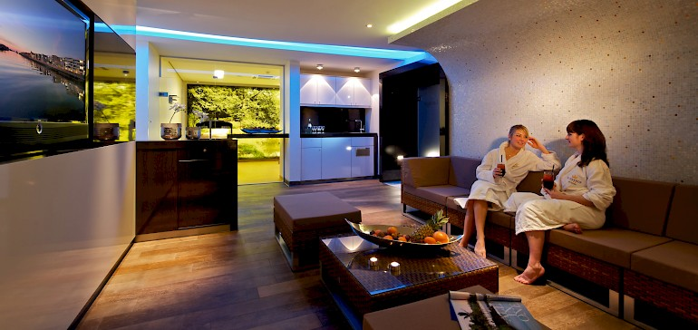 Lounge mit Getränkeauswahl und Zeitschriften