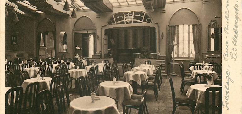 Innenaufnahme der Tische und Bühne des Wintergartens