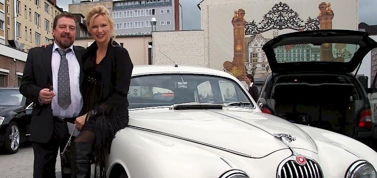 Mit einem Oldimer von Kaiserhof-Eigentümer Peter Cremer fahren Veronica Ferres und Armin Rohde zur Premiere ins Kino