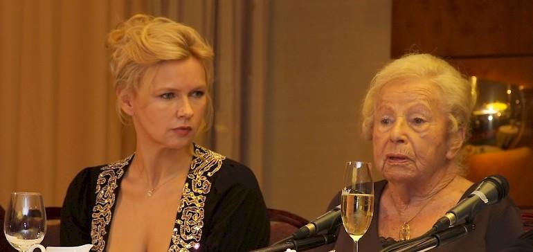 Journalisten stellen Marga Spiegel und Veronica Ferres Fragen bei der Pressekonferenz im Kaiserhof