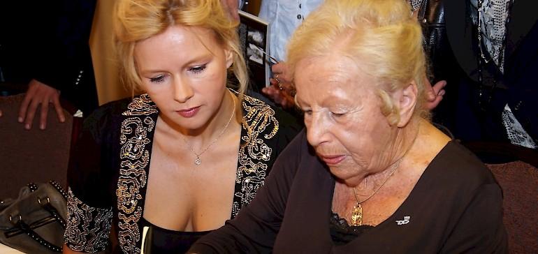 Marga Spiegel signiert nach der Pressekonferenz eines ihrer Bücher