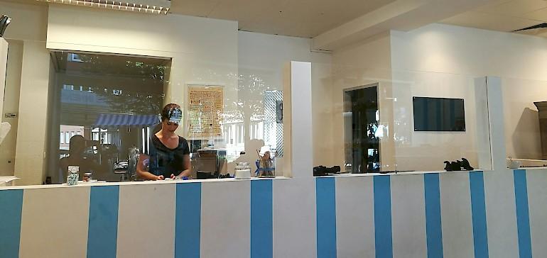 Im Ladenlokal kann man den Mitarbeitern bei der Bonbon-Produktion zusehen