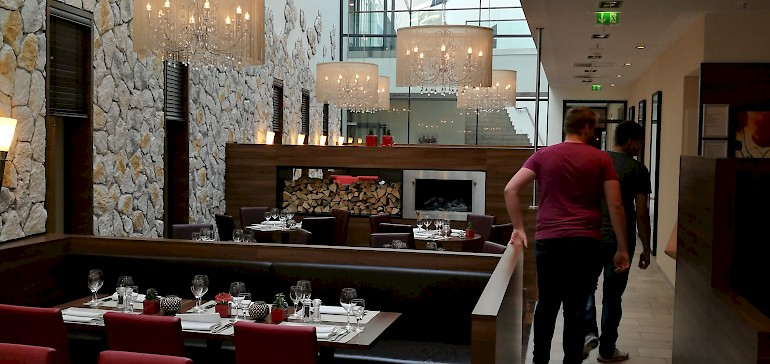 Durch ein Deckenlicht kommt viel Tageslicht ins Restaurant