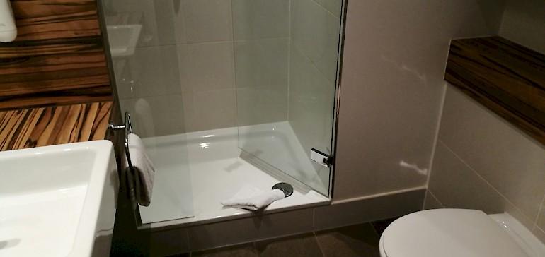 Die Badezimmer sind zweckmäßig gestaltet