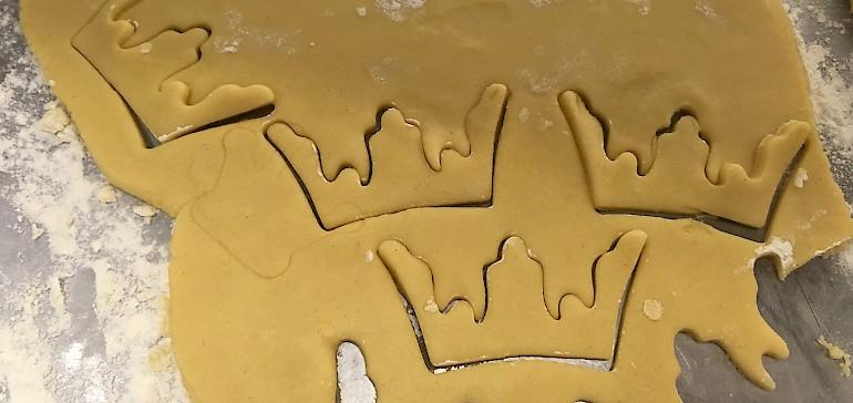 Der Keksteig ist fertig, jetzt werden die Kekse ausgestochen