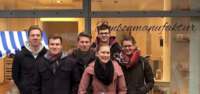 Gruppen-Foto vor dem Bömskes-Laden