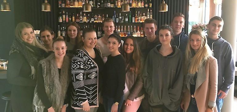 Teamfoto an der Bar im Mauritzhof