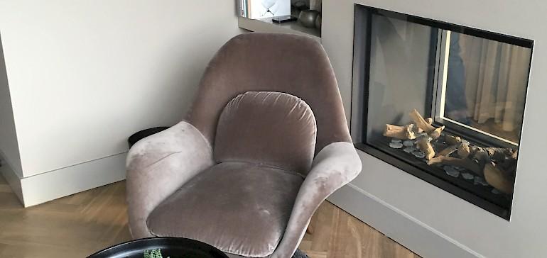 Sitzbereich mit Kamin in der Suite