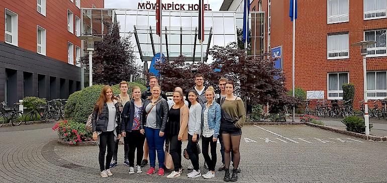 Teamfoto vor dem Eingang des Hotels