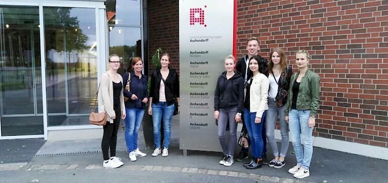 Eine kleine Gruppe Azubis zu Besuch beim Aschendorff Verlag