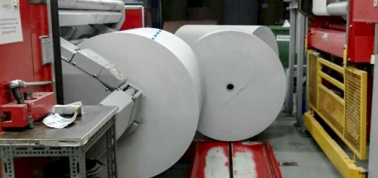 Die Druckpapierrollen wiegen hunderte von Kilos