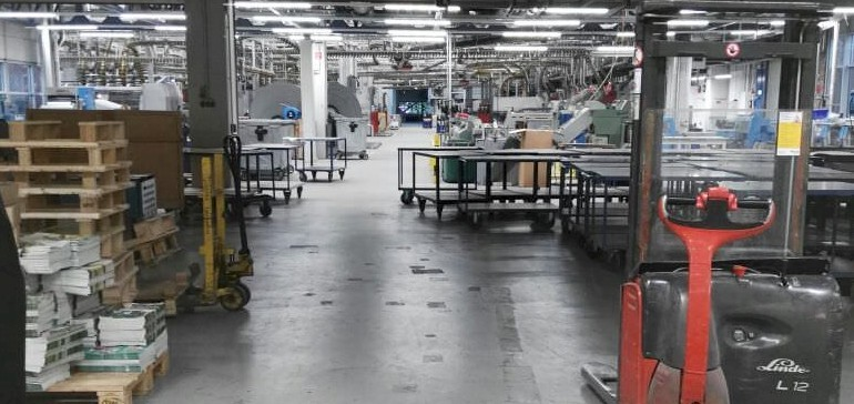 Endlose Laufbänder und Maschinen in der Druckhalle