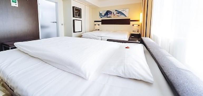 Bequemer Schlaf auf modernen Schlafcouches für die Kinder im Familienzimmer