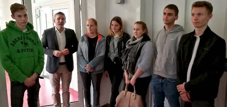 Kaiserhof-Geschäftsführer Kay Fenneberg mit den Azubis