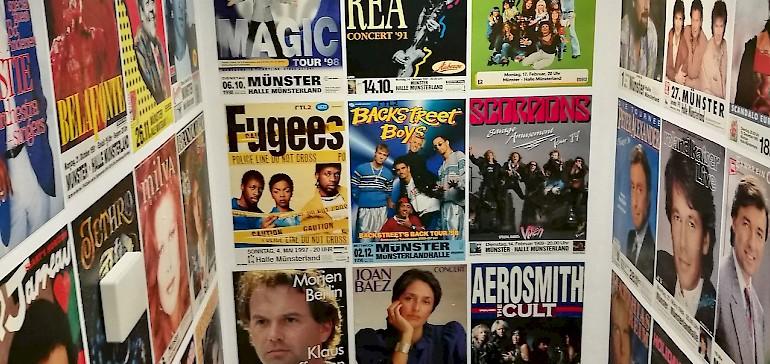 In diesem Flur mit Konzert-Postern wurde bei den Begleitpersonen Erinnerungen aus der Jugend wach