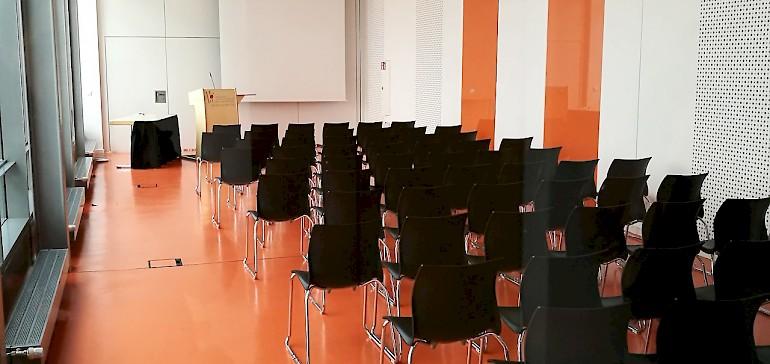 Kleiner Tagungsraum mit orangenem Boden