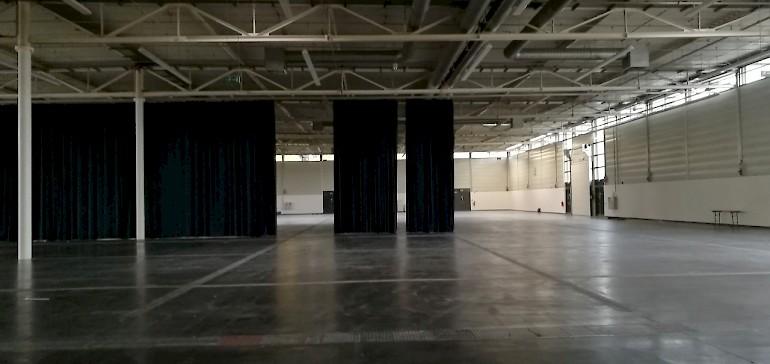 Eine leere Messehalle