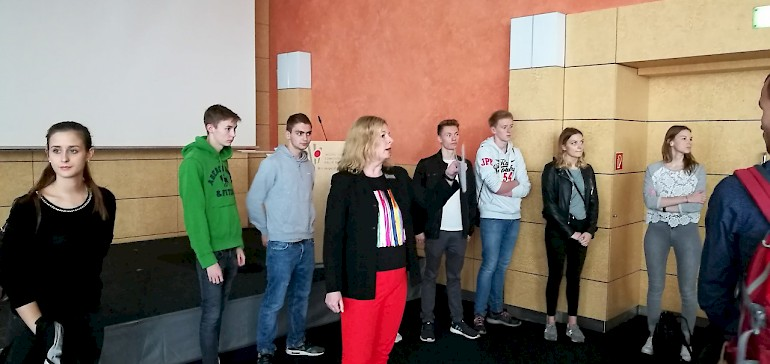 Frau Koch erläutert Details zum Tagungsraum