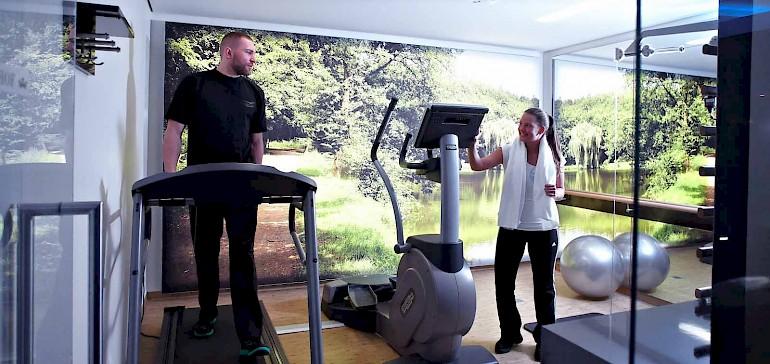 Zwei Geräte von Technogym und eine Kinesiswand stehen Gästen im Fitnessbereich des Hotels zur Verfügung