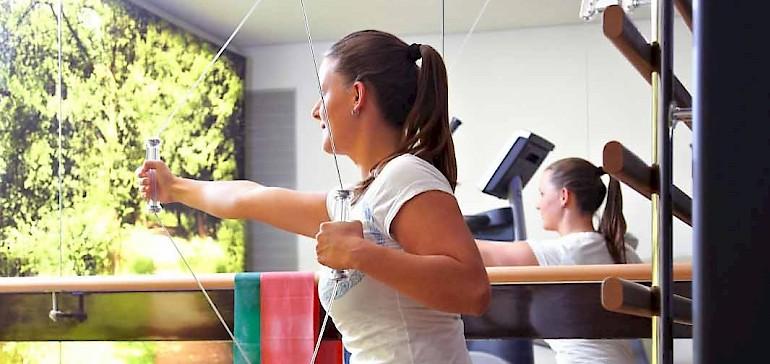 Für das Gerätetraining steht im Fitnessraum eine Kinesiswand, die über 250 Übungen ermöglicht