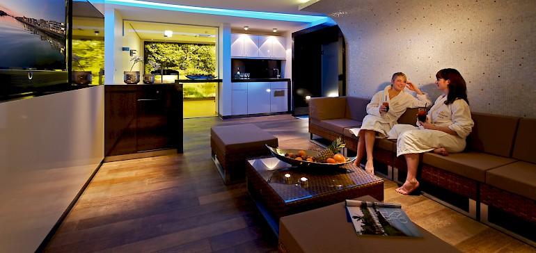 In der Lounge können Sie sich unterhalten und die bereitgestellten Erfrischungen genießen