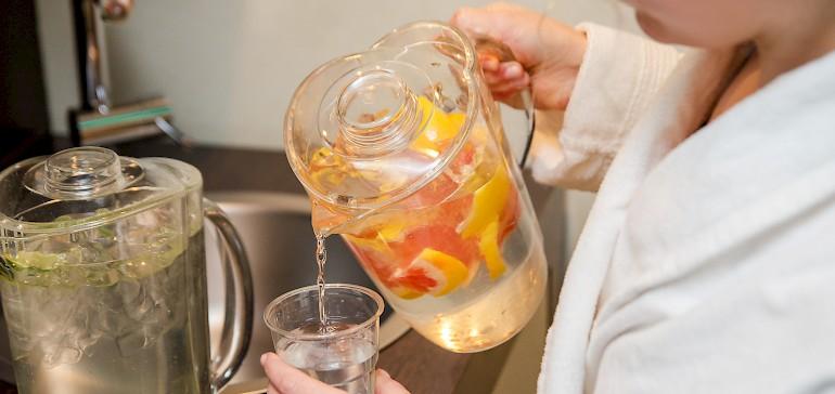 Bedienen Sie sich an der Erfrischungsstation mit kostenlosem Wasser, Tee und Obst