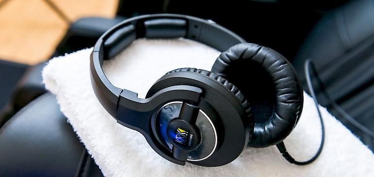 Über den Kopfhörer hören Sie Musik und Anweisungen