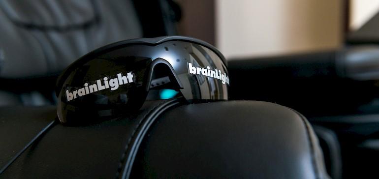 Die Lichtimpulsbrille unterstützt die Entspannung