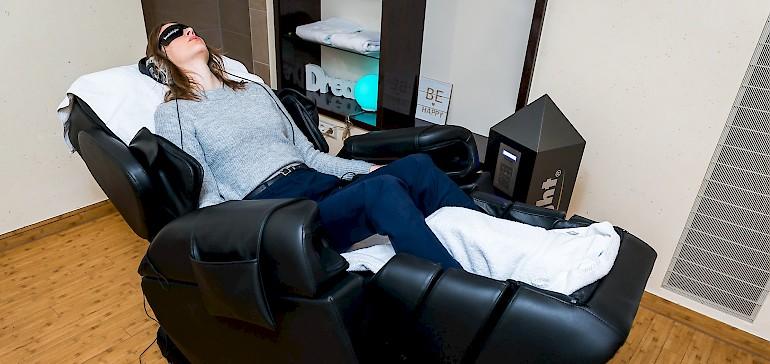 Relaxen Sie auf dem Brainlight Massagesessel