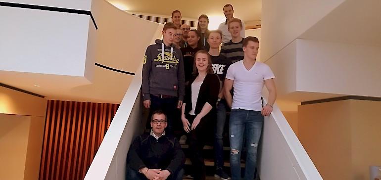 Das Azubi-Team mit Begleitung posiert für ein Gruppenfoto im Stadthotel