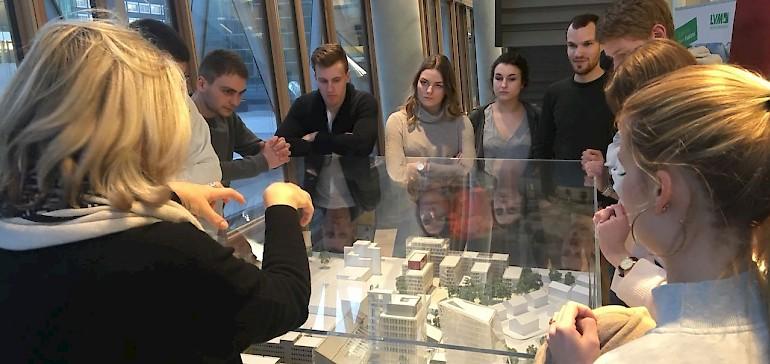 Eine Mitarbeiterin zeigt anhand eines Modells die verschiedenen Gebäude der LVM