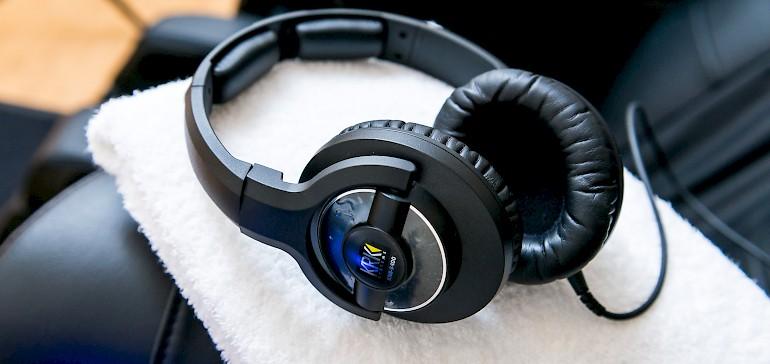 Durch die Kopfhörer hören Sie die musikalische und meditative Begleitung
