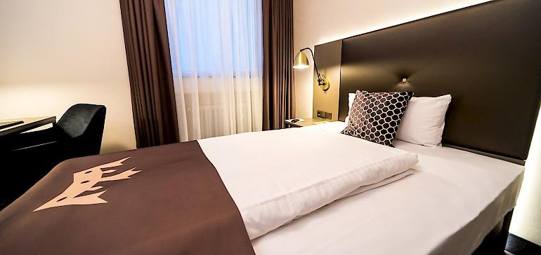 Wohnbeispiel modernes Hotelzimmer der Kategorie Superior Einzelzimmer mit breitem Einzelbett