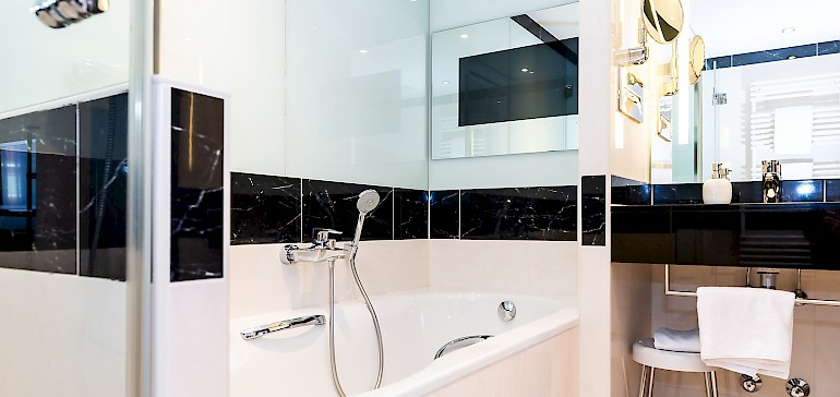 In der Kaisersuite im ersten Stock hat auch das Bad ein TV-Gerät