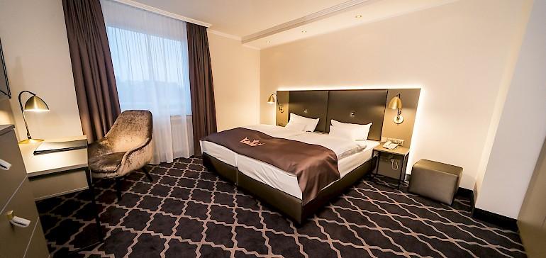 Moderner Schlafraum der Suite