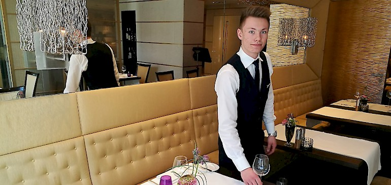 Jan Klossek hat seine Ausbildung mit einem Berufsvorbereitungsjahr begonnen. Derzeit arbeitet er im Service.