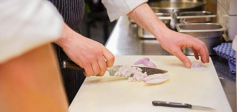 Die Küche bereitet frische, abwechslungsreiche Speisen zu