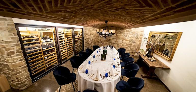 Das Restaurant mit Weinkeller liegt zentral. Der Weinkeller kann exklusiv gemietet werden.