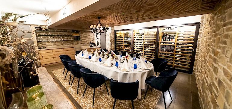 Der Weinkeller im Restaurant bietet einen exklusiven Ort für festliche Dinner