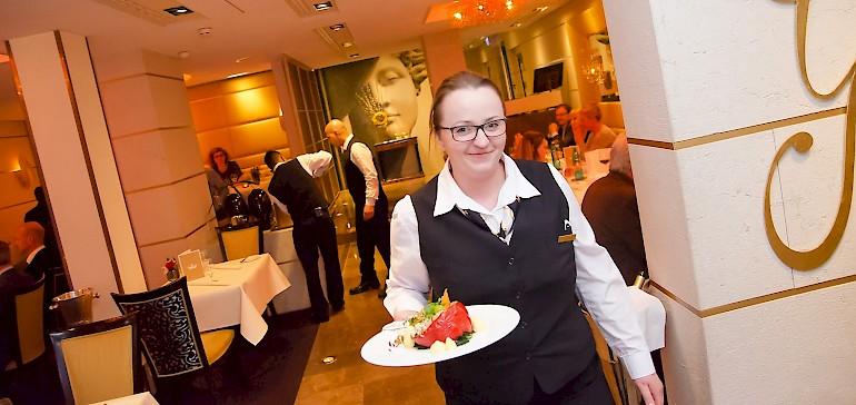 Das Restaurant ist zum Frühstück sieben Tage und zum Dinner sechs Tage die Woche geöffnet