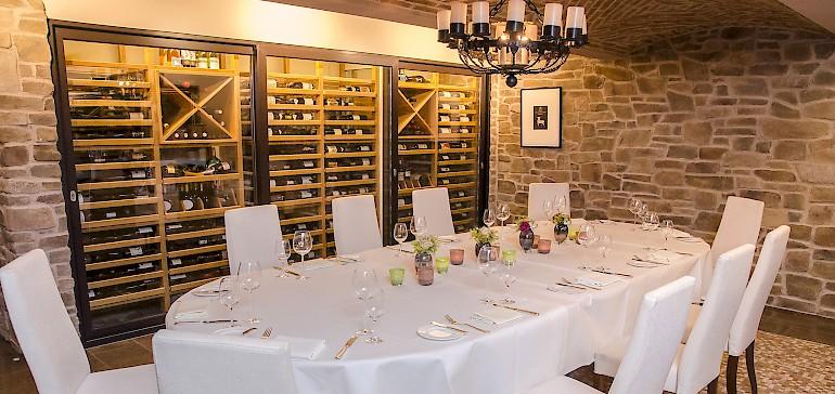 Der Weinkeller ist ein Teil des Restaurants Gabriel's und für Geschäftsessen verschließbar